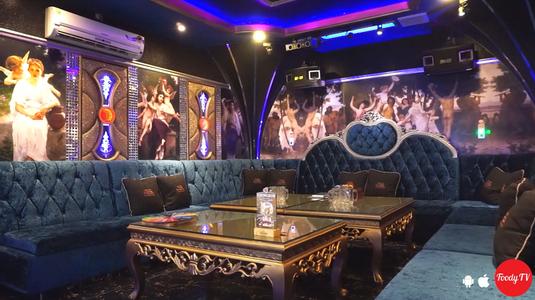 Hát karaoke thỏa thích cùng bạn bè dịp Tất Niên.