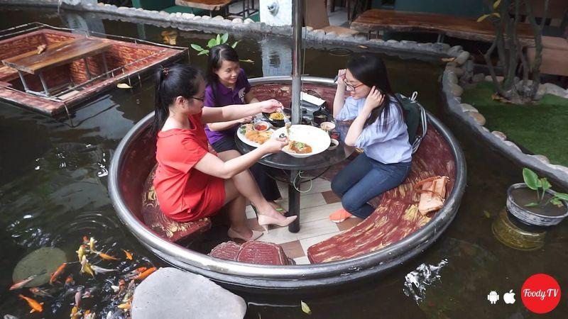 Trải nghiệm cảm giác uống cà phê dưới mặt nước cùng cá Koi