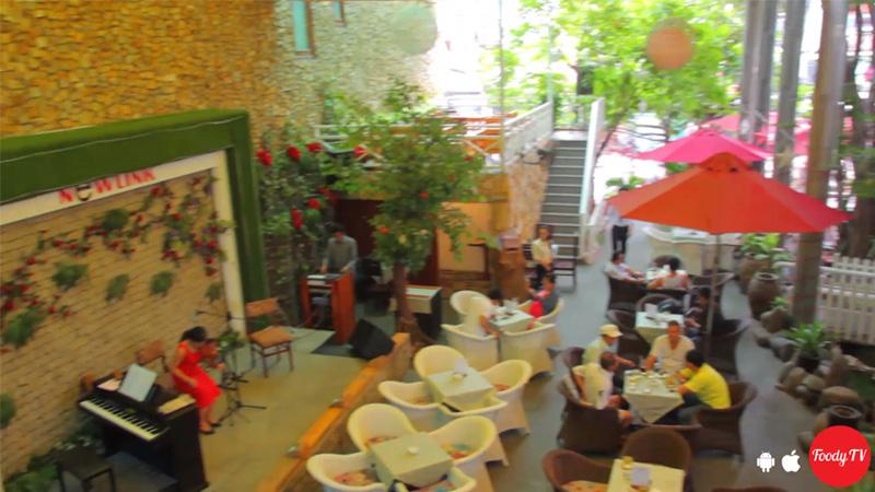 """[Núp nắng nóng ở """"CAFE SÂN VƯỜN"""" cây xanh mát rợp trời]"""