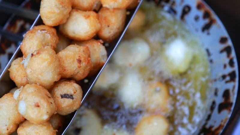 Ngon nức tiếng bánh rán mặn khu Phương Mai