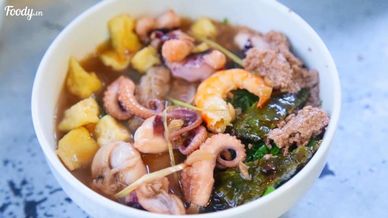 Tô bún hải sản đầy ú ụ, bạch tuộc to đùng