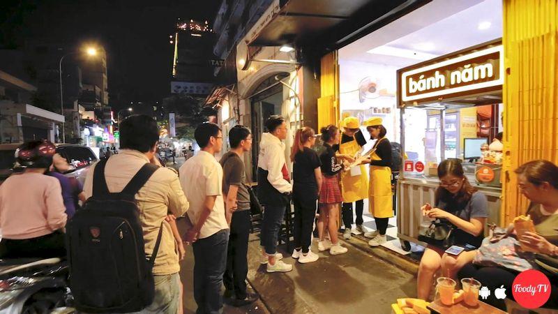 """Tấp xe mua liền """"COMBO BÁNH MÌ + CAFE CHỈ 30K"""" ngay Bùi Viện"""