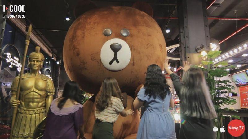 """Hát hò yêu đời ở """"KARAOKE ICOOL"""" chứa gấu Brown khổng lồ"""